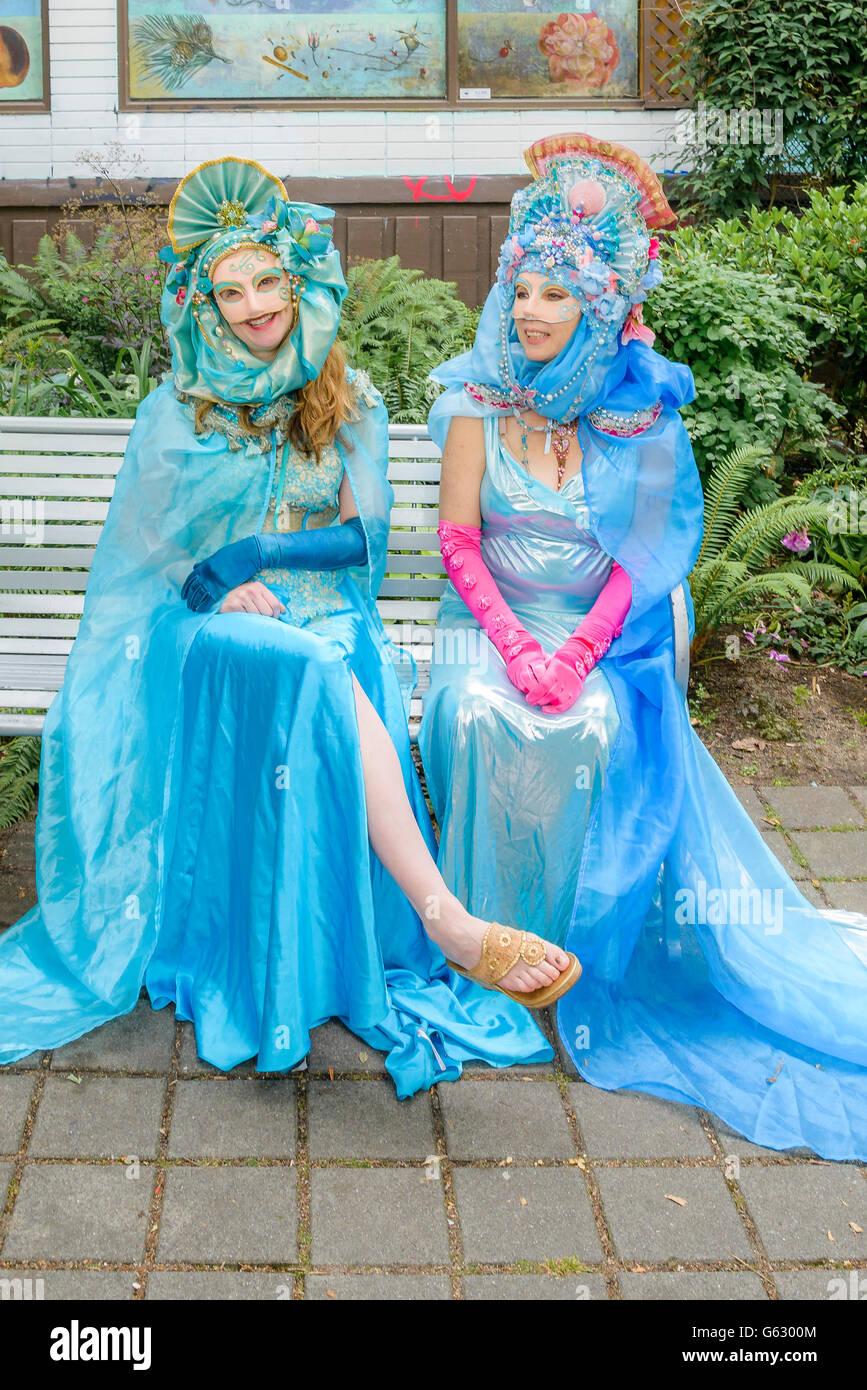 Las mujeres en trajes de carnaval veneciano, Italiano día, Commercial Drive, Vancouver, British Columbia, Canadá Imagen De Stock