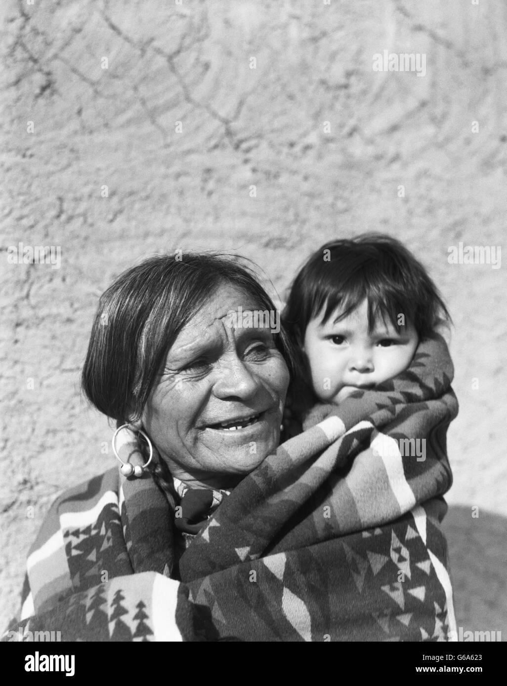 1930 sonriente hombre americano nativo abuelo con su nieto NIÑO SAN  ILDEFONSO Pueblo Nuevo México 8522c97e2c62