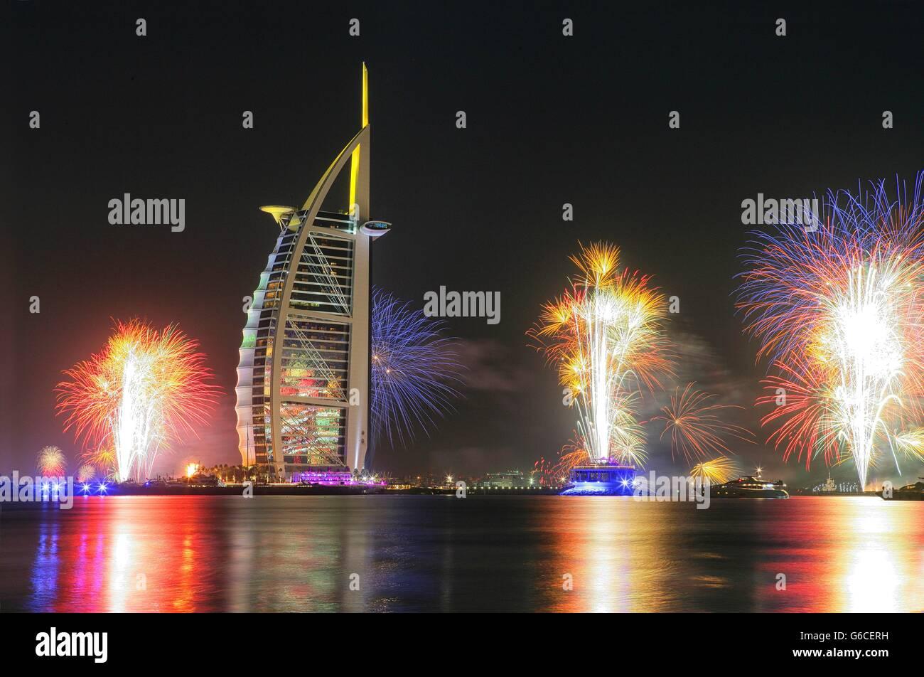 Fuegos artificiales en el Burj Al Arab en Año Nuevo , Dubai, Emiratos Árabes Unidos. Foto de stock