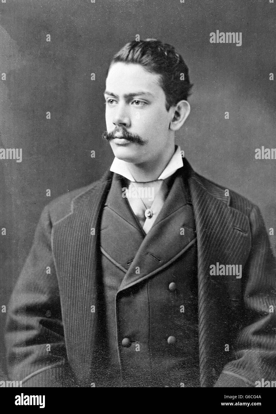 1890 VUELTA DEL 20o siglo retrato hombre vestido con traje DE TRES PIEZAS Y COLLAR DE ALA CRAVAT Imagen De Stock