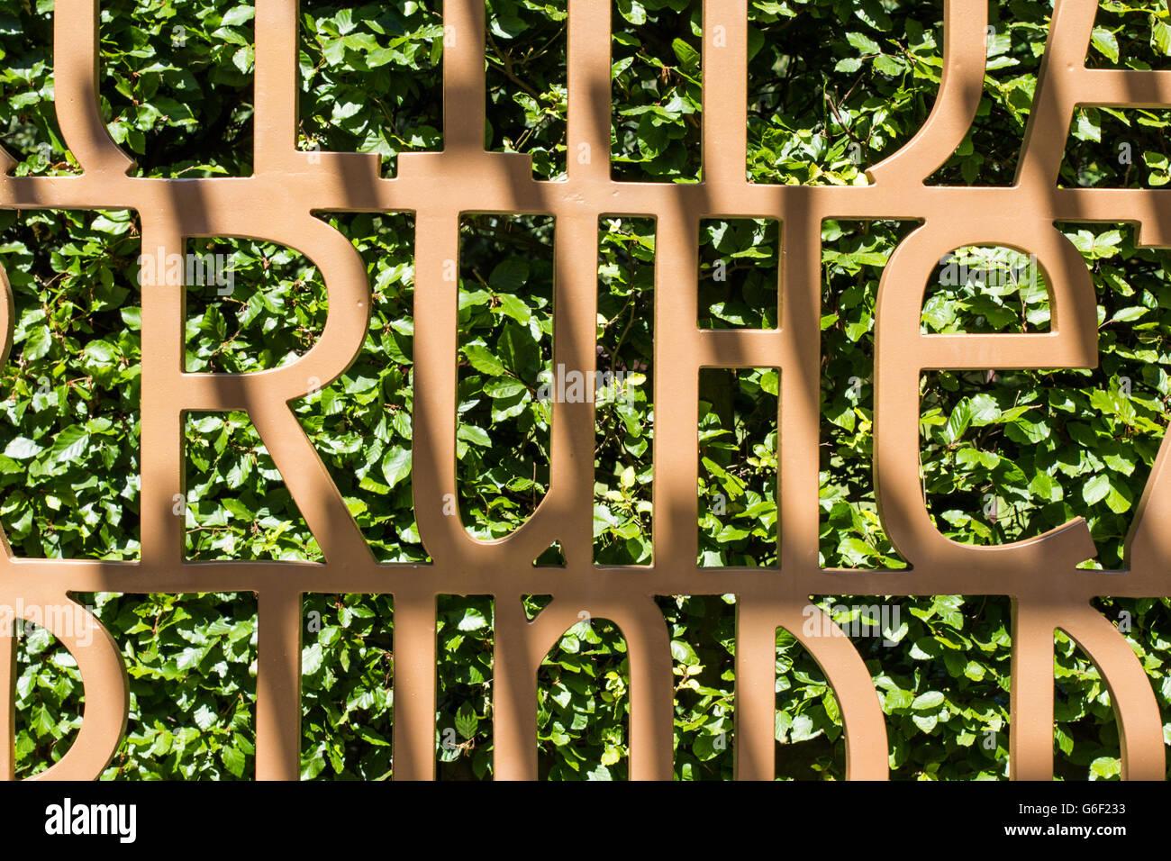 La palabra silencio en alemán (Ruhe) en el Christian Garden en Berlín. Foto de stock