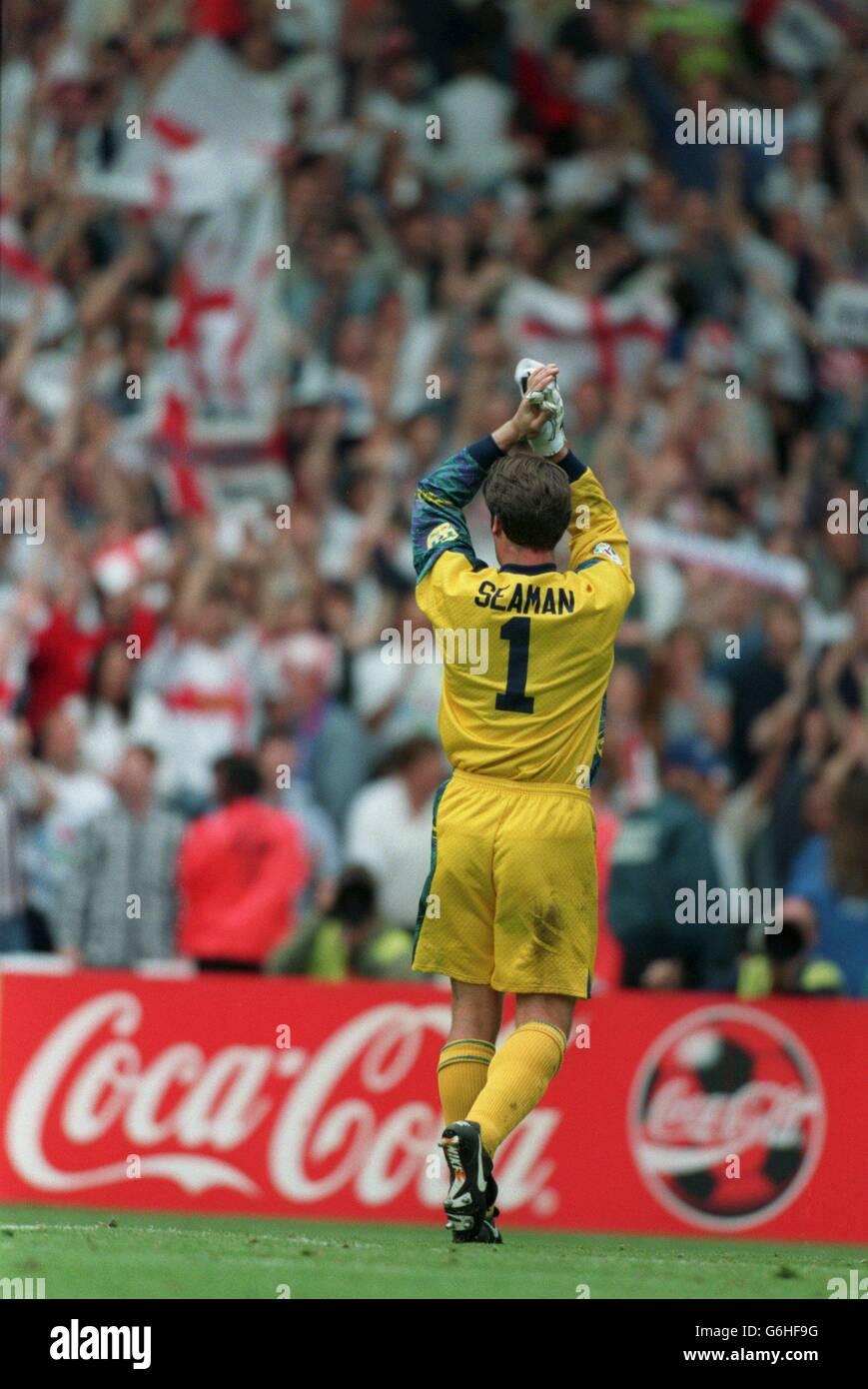 22-JUN-96 ..Inglaterra contra España ... David Seaman, de Inglaterra, saluda a la multitud Foto de stock