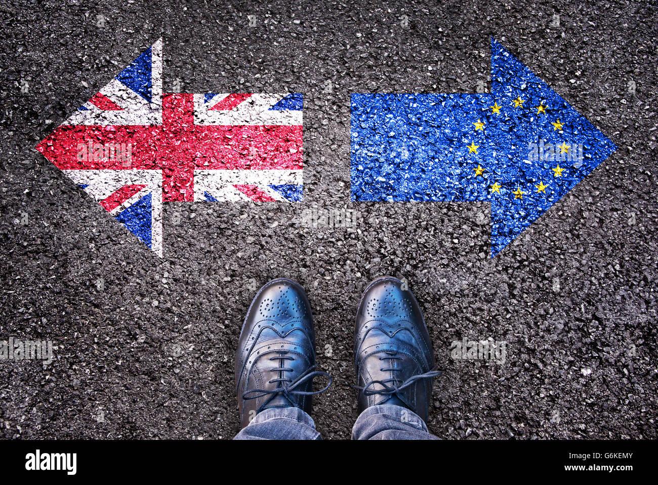 Brexit, banderas del Reino Unido y la Unión Europea, sobre la carretera de asfalto con patas Imagen De Stock