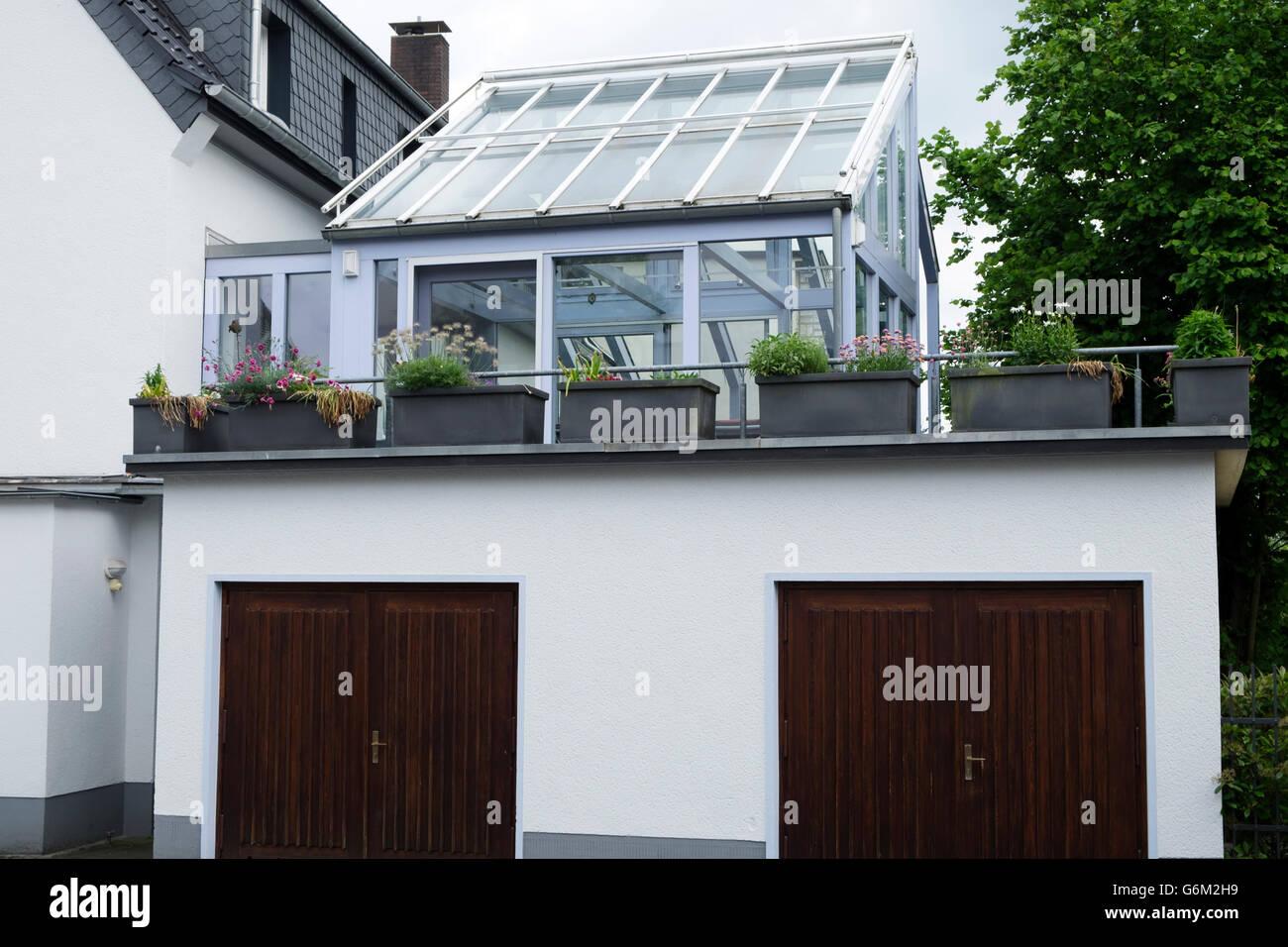 Conservatorio construido sobre un garaje, Leichlingen, Renania del Norte-Westfalia, Alemania. Foto de stock