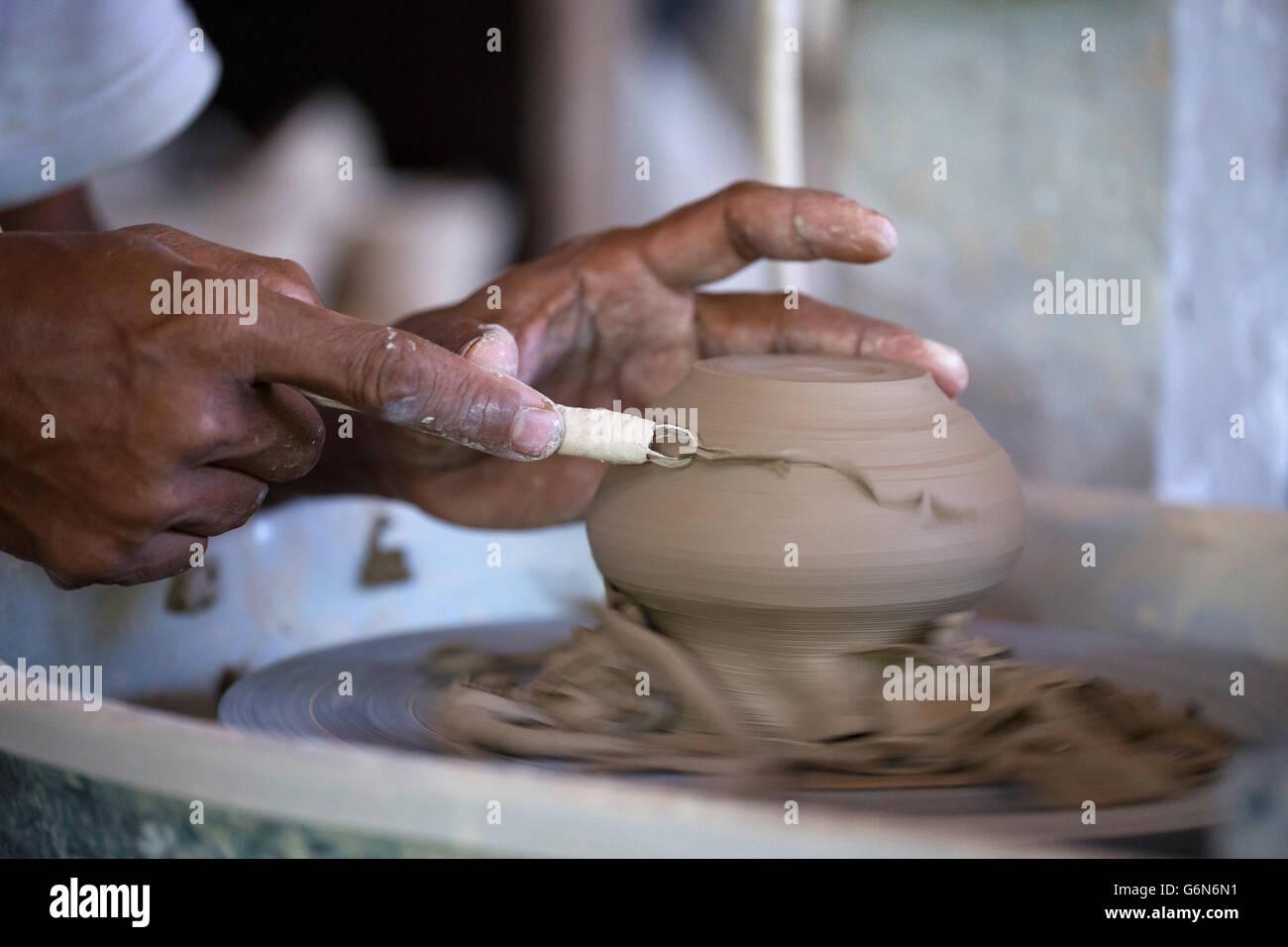 Hombre trabajando en un taller de alfarería Foto de stock