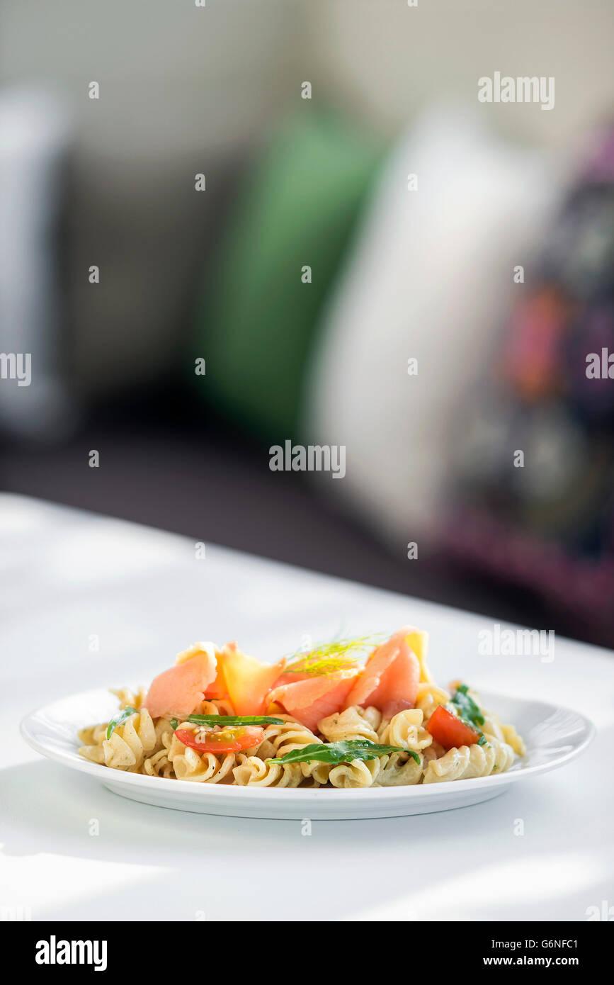 Salmón ahumado simple de tomate y albahaca ensalada de pasta crema de hierbas Imagen De Stock