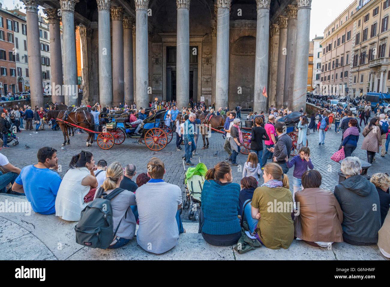 Touristst delante del Panteón, Piazza della Rotonda, Roma Imagen De Stock