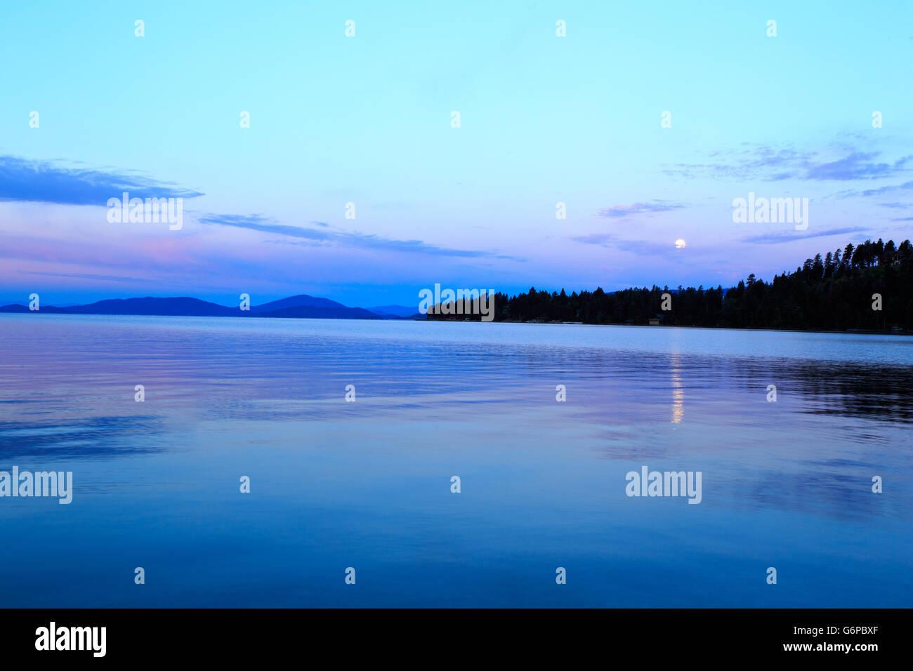 El paisaje y la puesta de sol sobre el Lago Flathead, Montana. Imagen De Stock