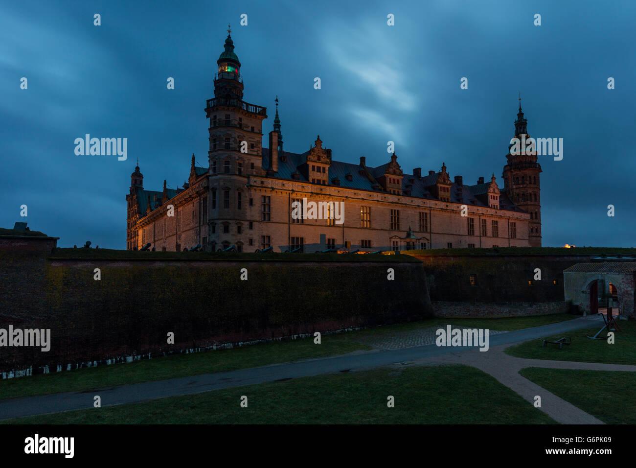 Kronborg Castillo por la noche. Kronborg i situado en Helsingor, Dinamarca Foto de stock
