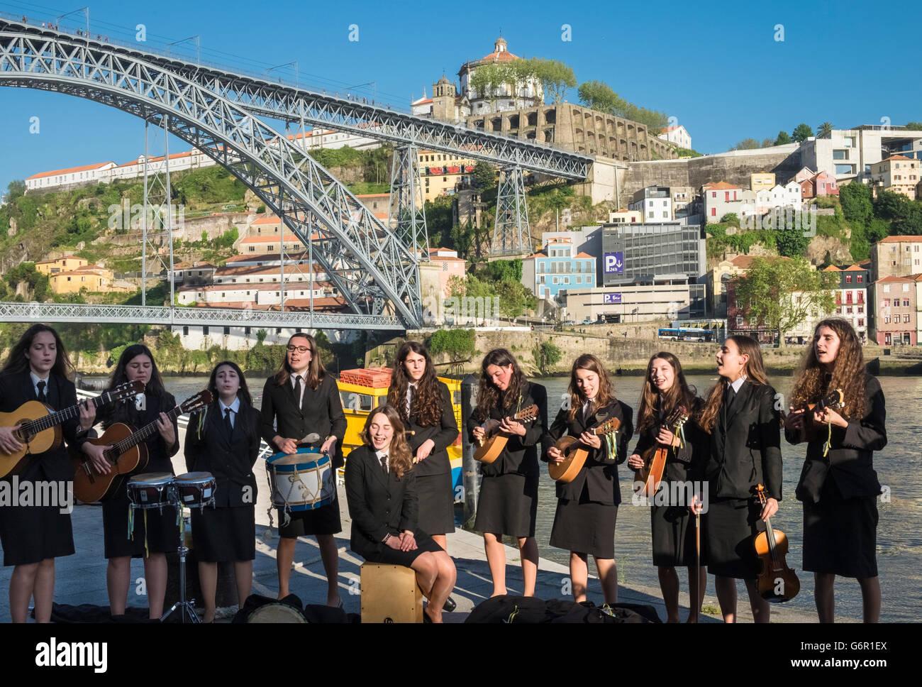 Los jóvenes estudiantes del Instituto de Ciencias Biomédicas Abel Salazar, interpretando a los turistas Imagen De Stock