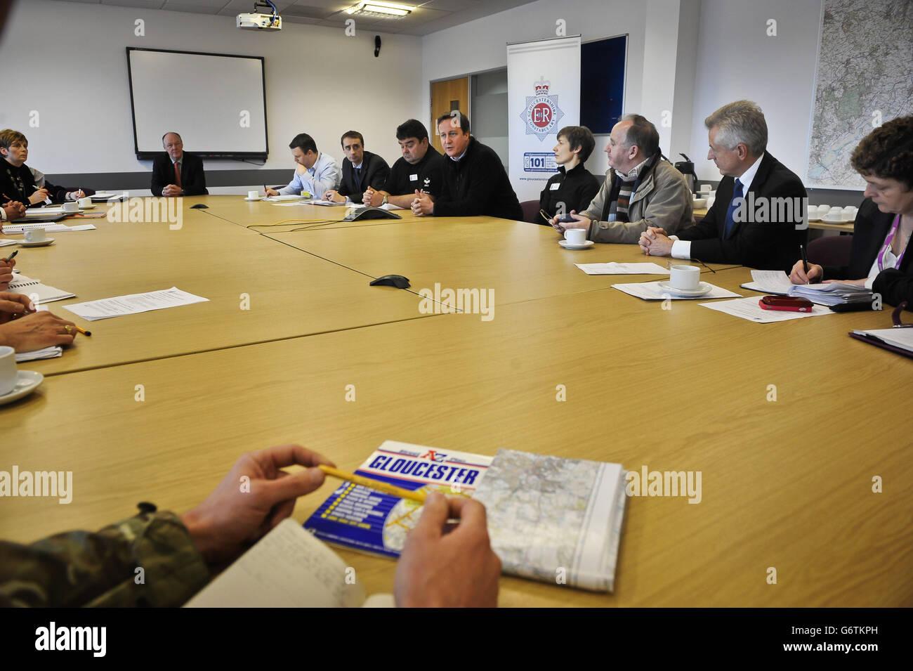 El primer ministro David Cameron (5to. A la derecha) se reúne con representantes de varias agencias en Silver Command en Gloucester para discutir las medidas de inundación y el trabajo en la comunidad. Foto de stock