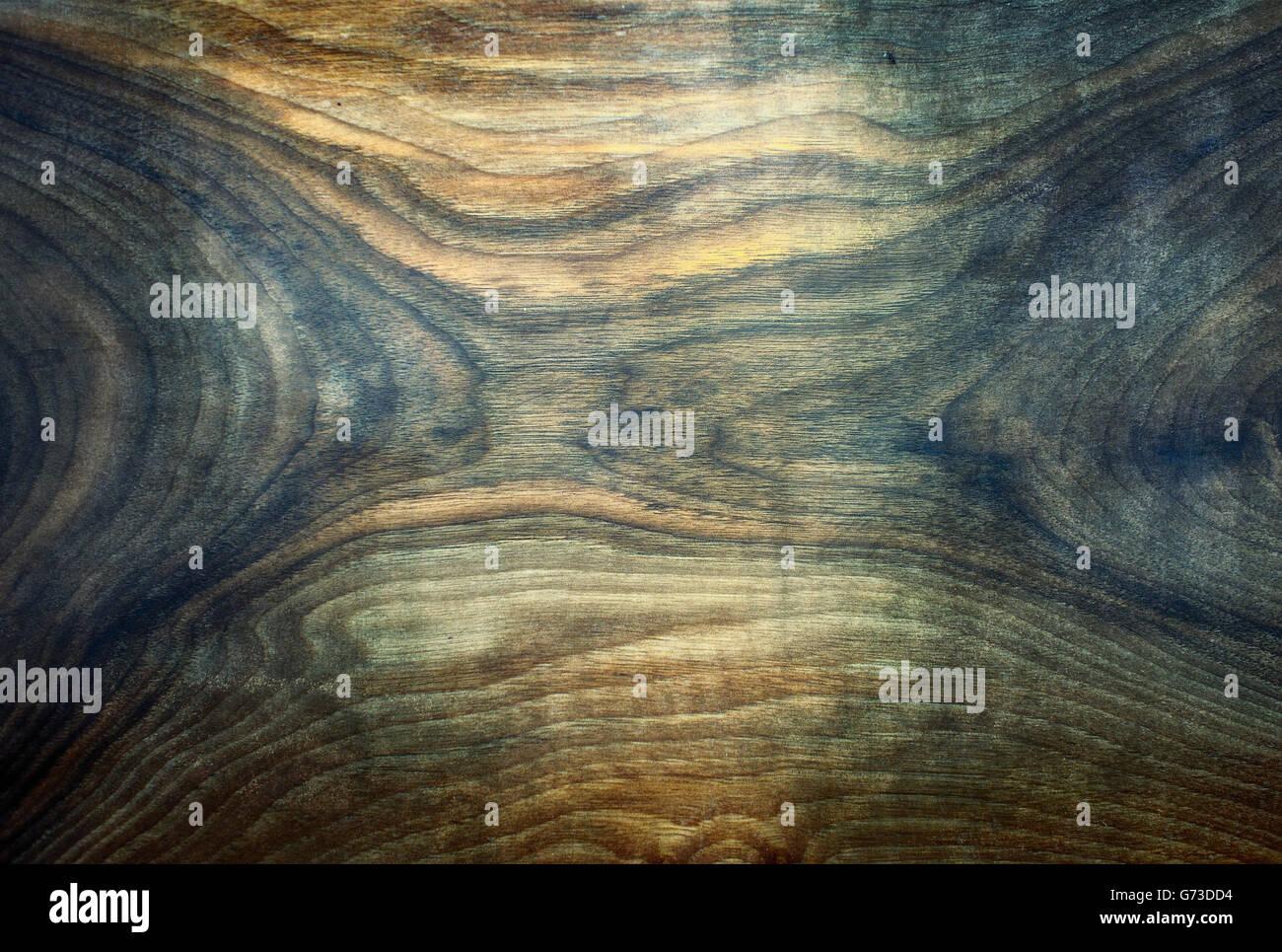 Parte inferior de una placa de madera artesanales con dividir tonos de colores. Foto de stock