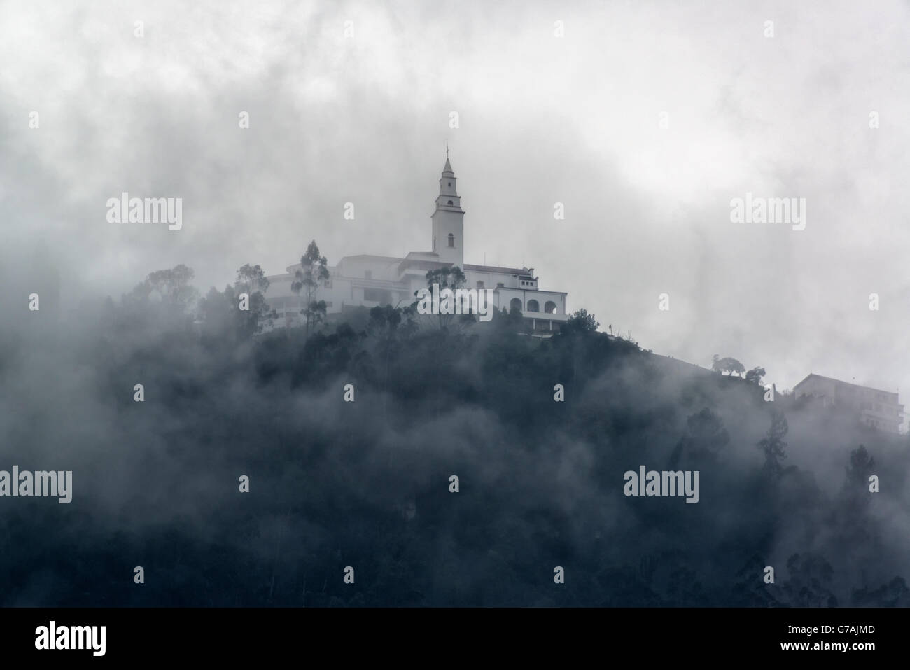 Iglesia de Monserrate en los Andes, las montañas cubiertas de niebla, muy por encima de Bogotá, Colombia Imagen De Stock