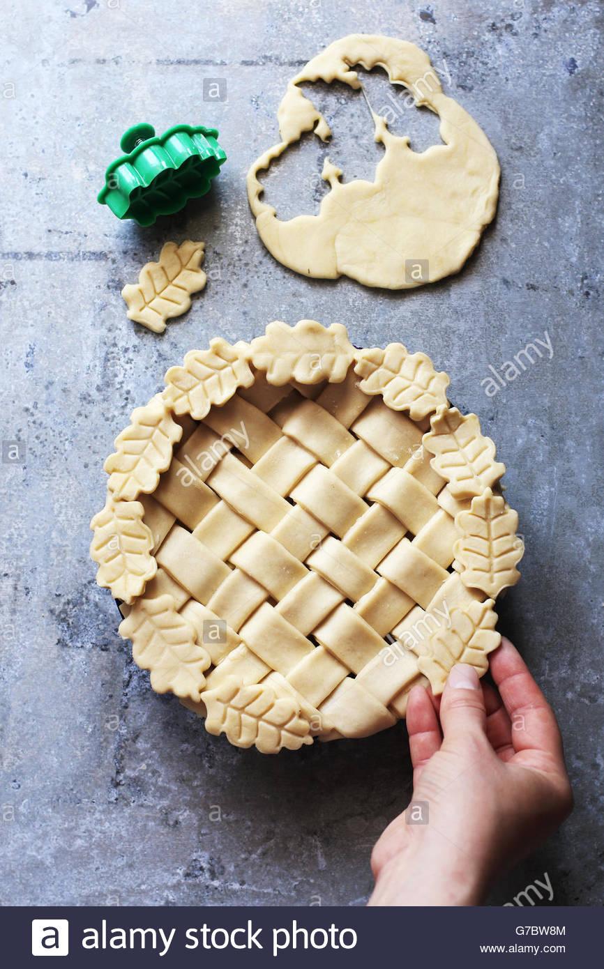Hacer tarta de hojaldre con enrejado de corteza y hojas.vista desde arriba. Imagen De Stock