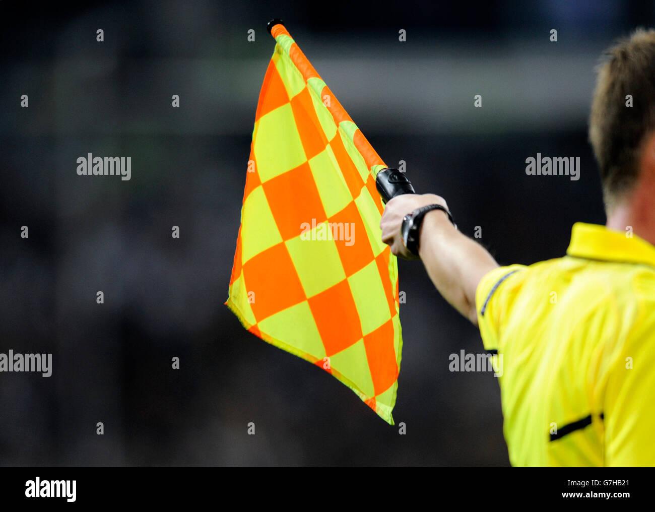Bandera del árbitro asistente, calificación de fútbol coinciden con el campeonato europeo de la UEFA Imagen De Stock