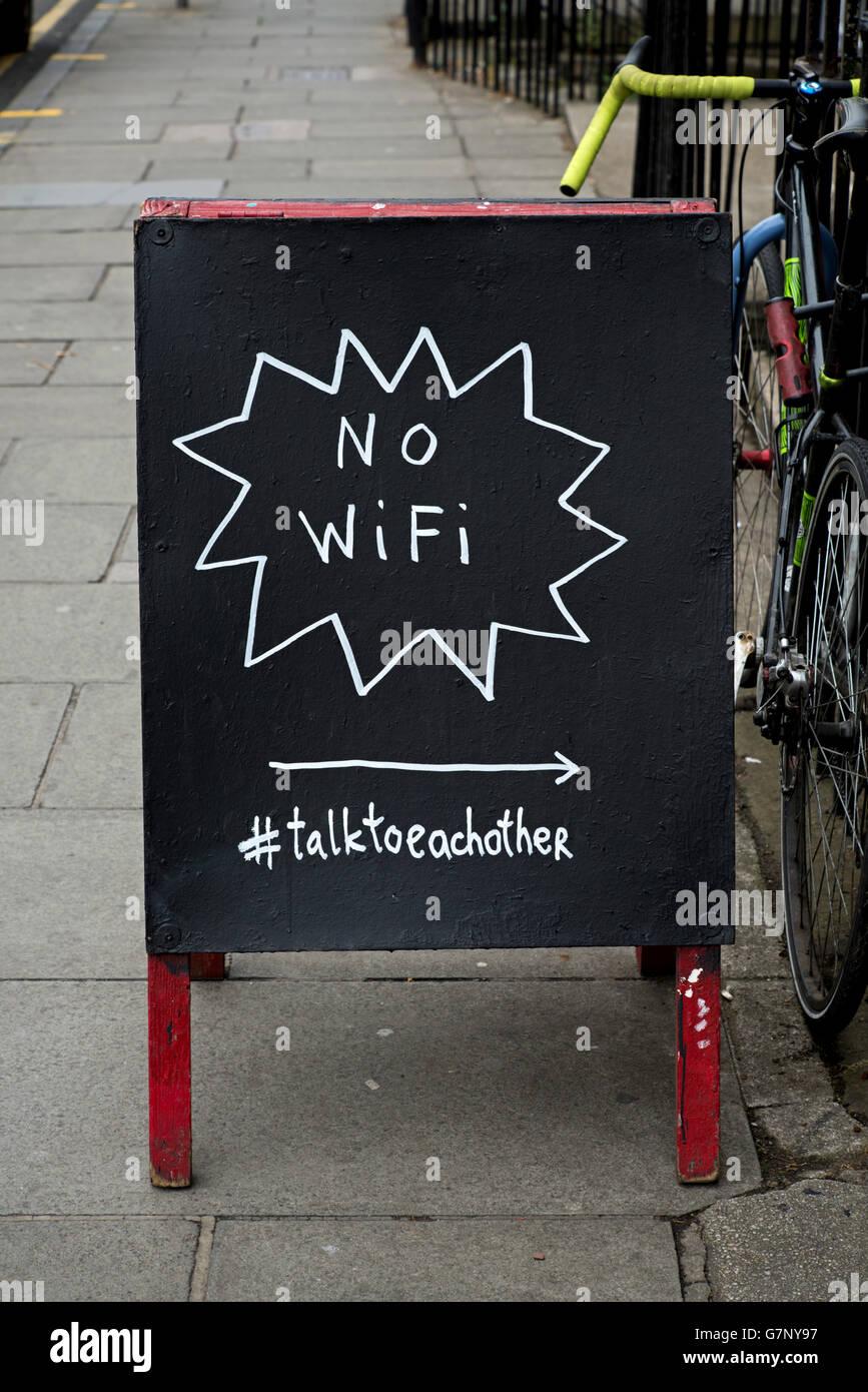 """Un signo de tiza fuera de un café en la calle Broughton Street, Edinburgh promover """"sin WiFi"""" y sugiriendo Imagen De Stock"""