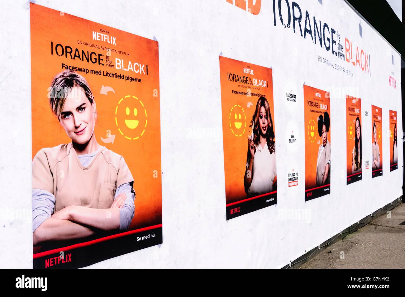 Carteles en un amontonamiento en Copenhague la publicidad de la nueva serie de la serie 'Netflix naranja es Imagen De Stock