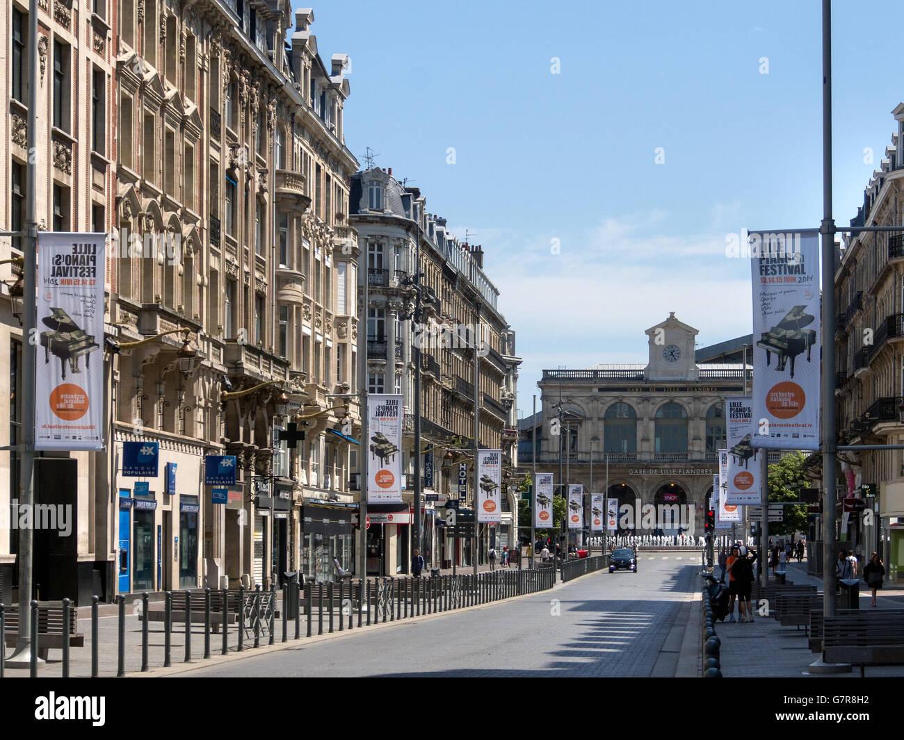 A lo largo de la calle Rue Faidherbe hacia la Gare de Lille Flandres Railway Station Imagen De Stock