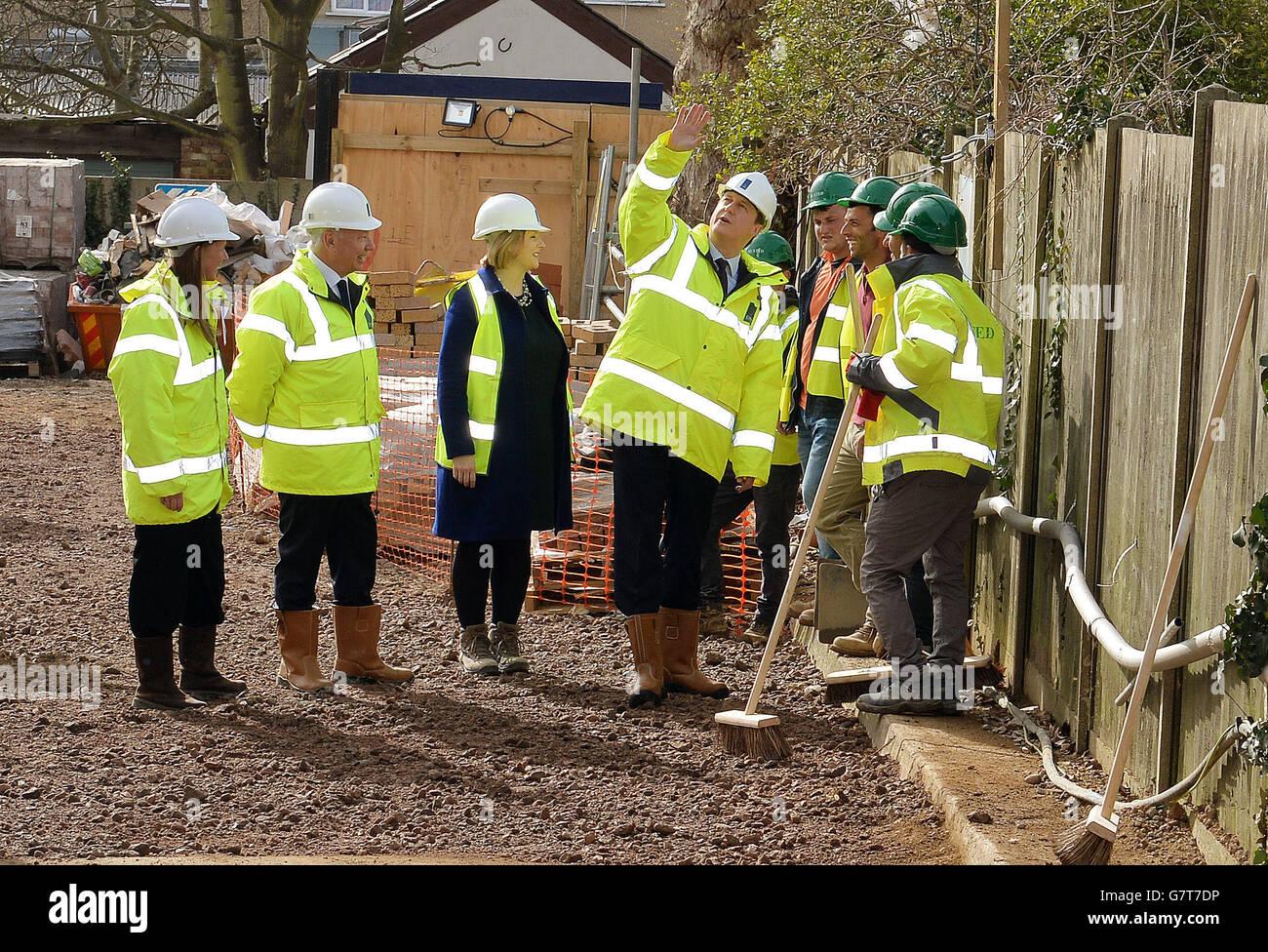 Cameron visita a sitio en construcción Foto de stock