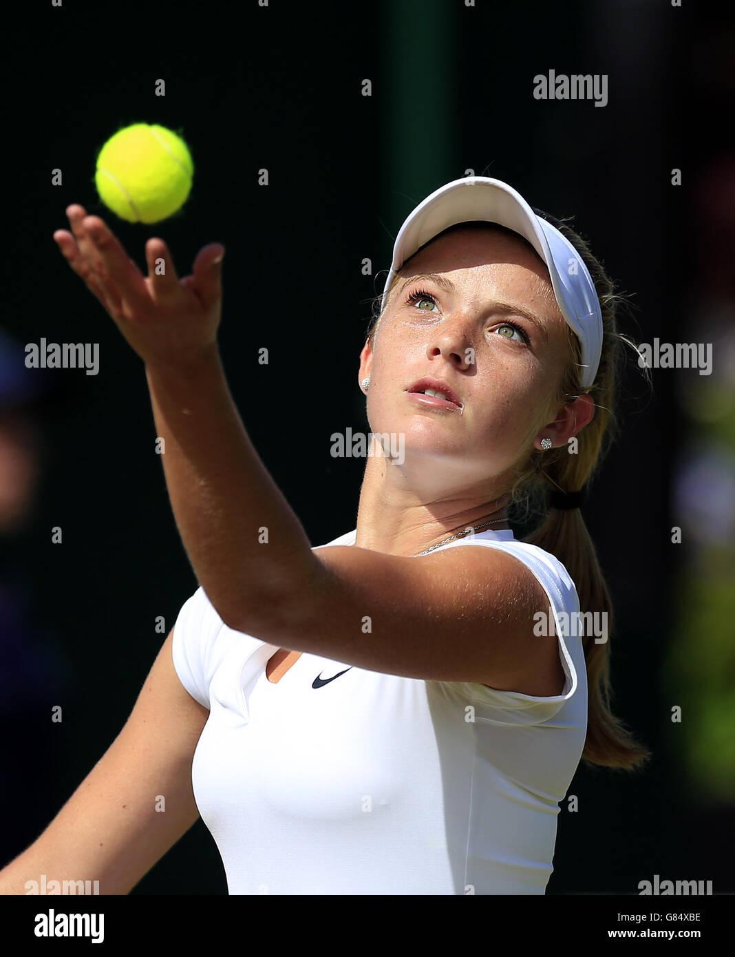 Katie Swan en acción durante el séptimo día del Campeonato de Wimbledon en el All England Lawn Tennis and Croquet Club, Wimbledon. Foto de stock