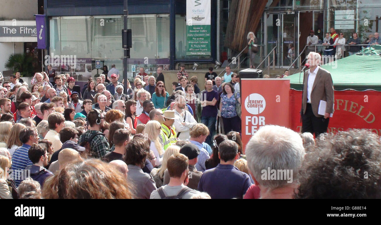 Jeremy Corbyn, contendiente de liderazgo laborista, habla fuera de Tudor Square, Sheffield. Foto de stock