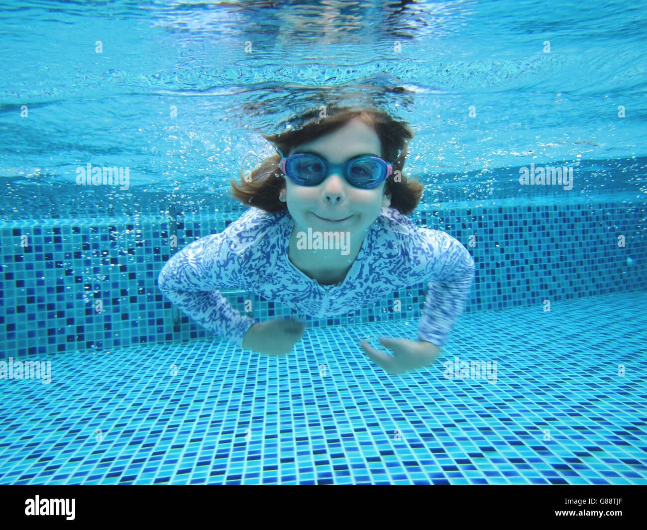 Chica nadar en piscina Foto de stock