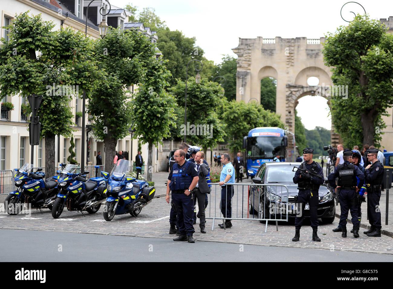 Fuerte presencia policial como Inglaterra llega de vuelta al equipo hotel en Chantilly, Francia. Inglaterra fue eliminada en la ronda de 16 etapas de los Campeonatos Europeos de 2016 anoche después de perder 2-1 a Islandia. Foto de stock