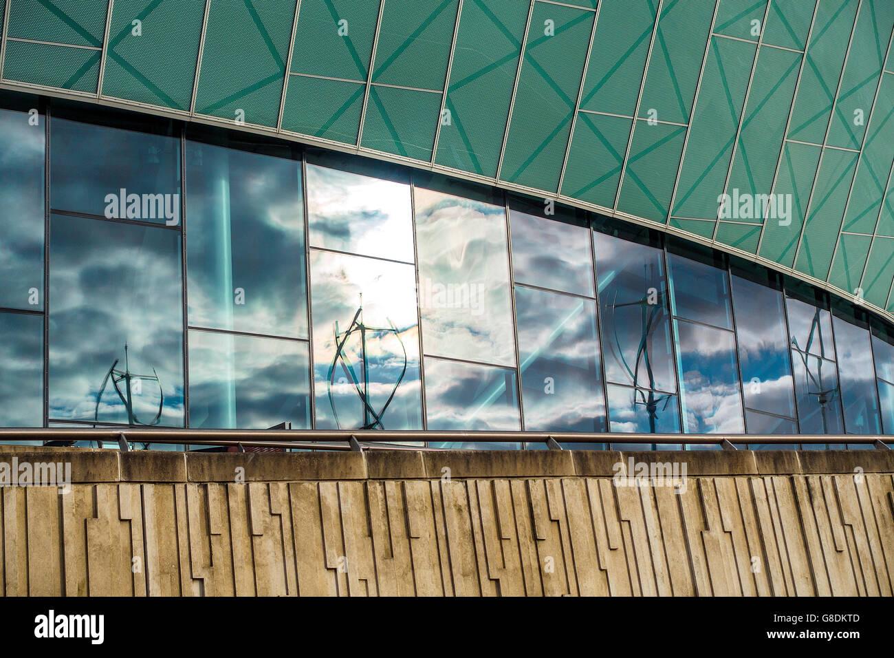 Las texturas de los materiales de construcción Echo Arena reflexiones Albert Dock Liverpool UK Imagen De Stock