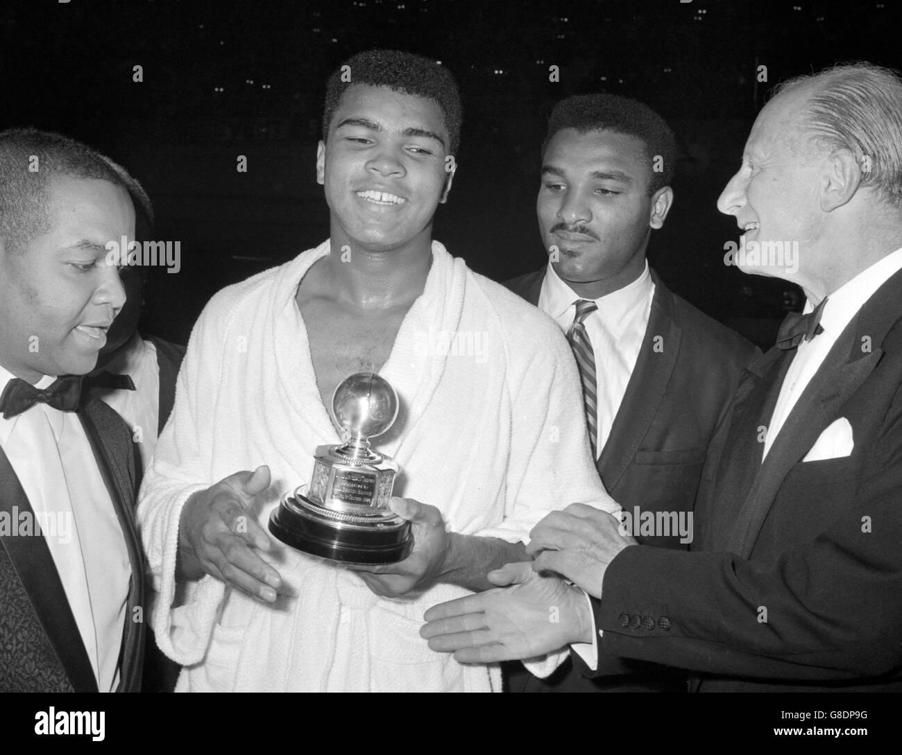 Boxeo - WORLD HEAVYWEIGHT CHAMPIONSHIP - Muhammad Ali v Brian London - Earls Court Arena Foto de stock