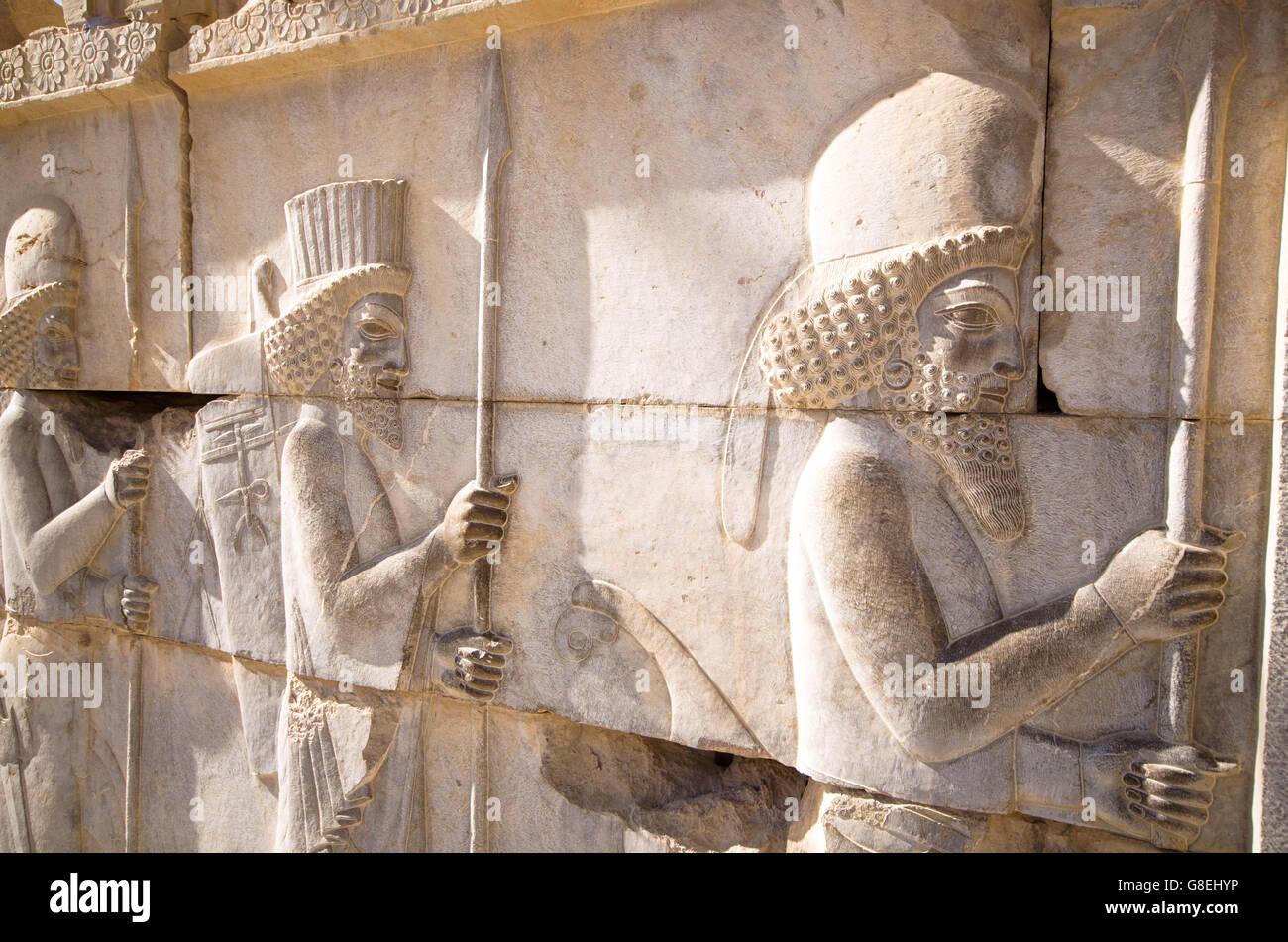 Soldado aqueménida cifras sobre la pared en Persépolis Foto de stock