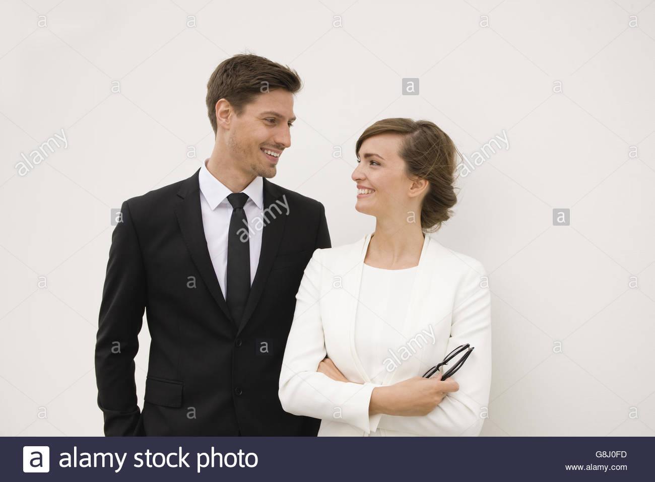 Compañeros de trabajo en blanco y negro sonriente en cada otros Imagen De Stock