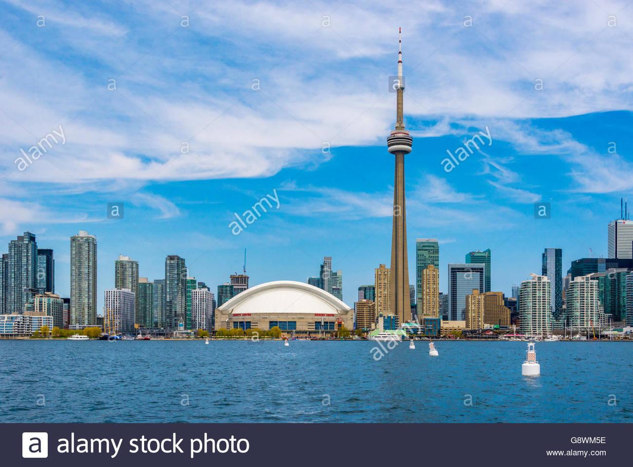 Toronto, Canadá, la Torre CN y el horizonte de la ciudad visto desde el Lago Ontario. Foto de stock