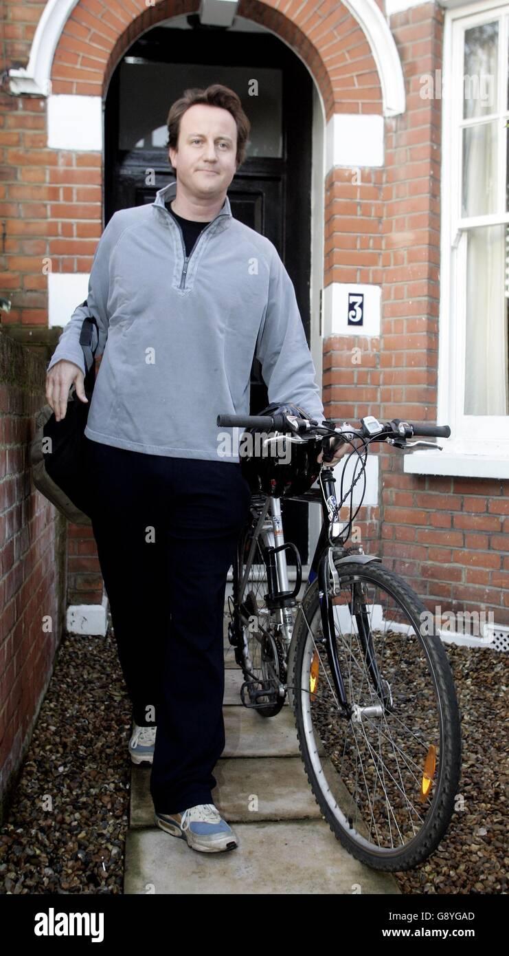 El contendiente conservador del liderazgo David Cameron se prepara para dejar su casa para trabajar. Foto de stock