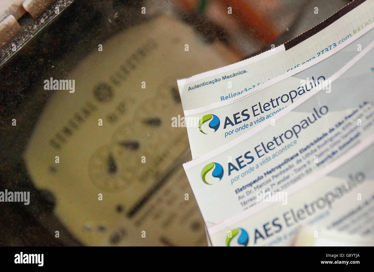 SAO PAULO, Brasil - 06/30/2016: REDUCCIÓN DE LUZ DE CUENTAS - La factura de electricidad se reducirá en la recaudación de los importes a partir del lunes (4) para que los residentes de la capital del estado y 23 de otras ciudades en la región metropolitana. Que beneficiará a 6,9 millones de hogares y empresas atendidas por AES Eletropaulo. La junta de la ANEEL (Agencia reguladora de electricidad brasileña) aprobó en una reunión celebrada el martes (28), una reducción media del 7,3% para los hogares y las empresas. Para las industrias y los grandes consumidores. (Foto: Aloisio Mauricio / FotoArena) Foto de stock