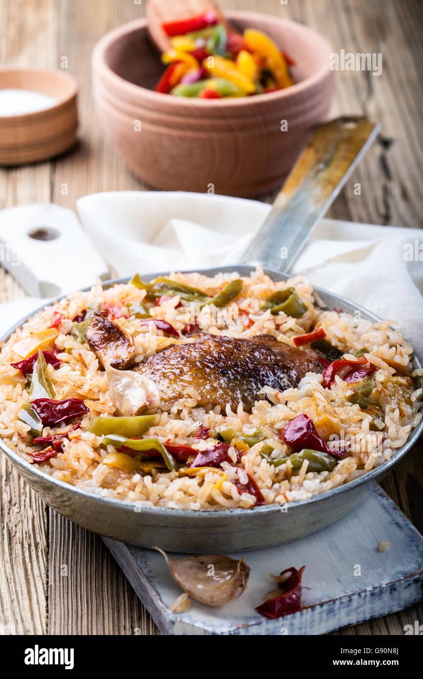 Una olla arroz con pollo, pollo asado casero con arroz blanco en las zonas rurales la sartén sobre mesa de Imagen De Stock