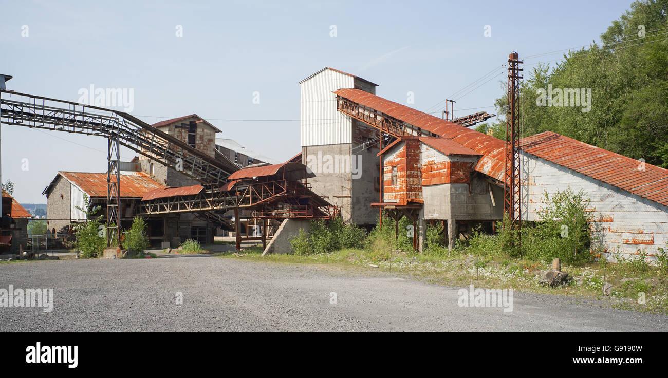Antiguo edificio abandonado e inútil de fábrica Foto de stock