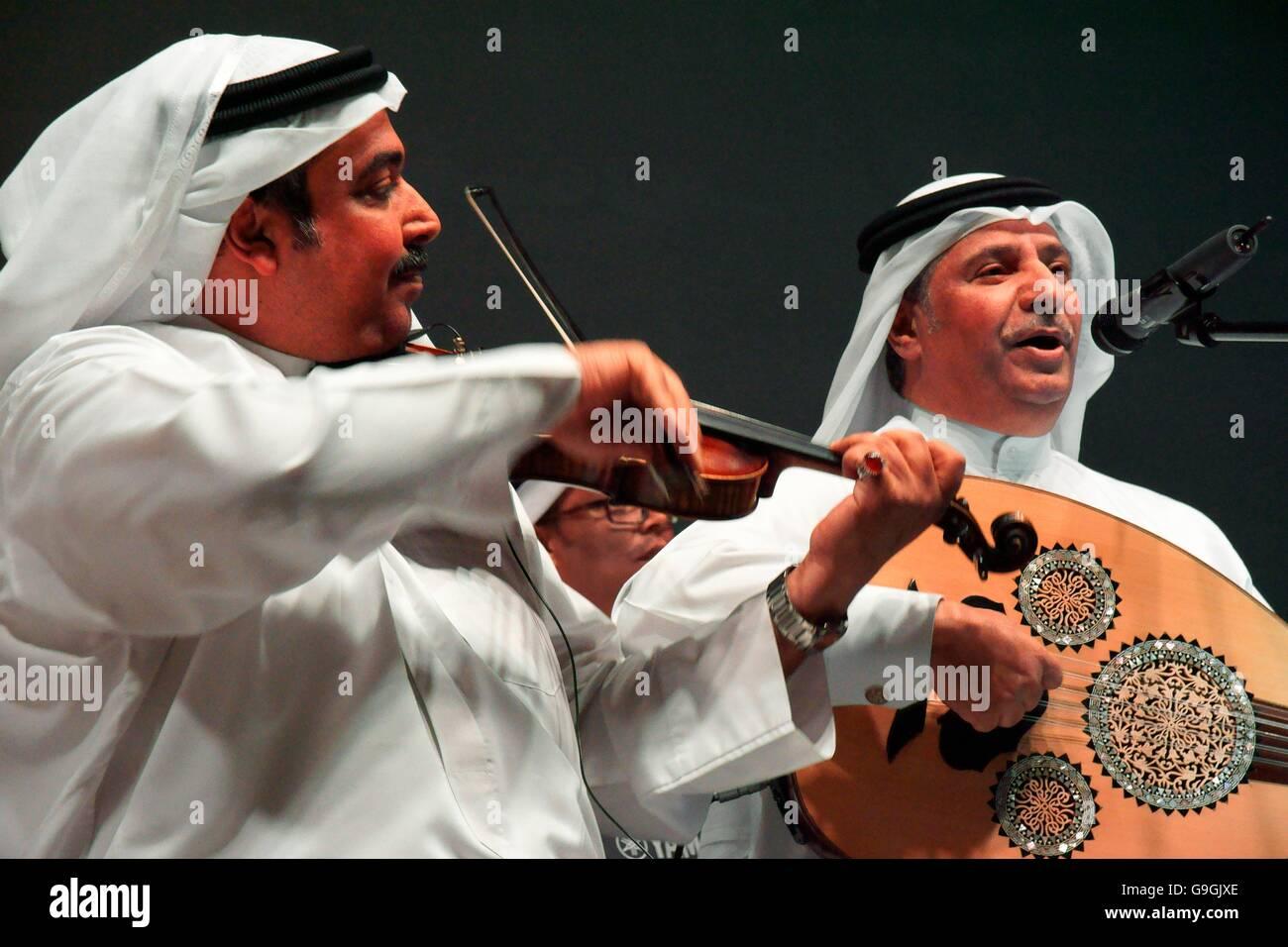 Músicos de la Mohammed bin faris ensemble banda tocar música tradicional Sawt al-Khalifa en el centro Imagen De Stock