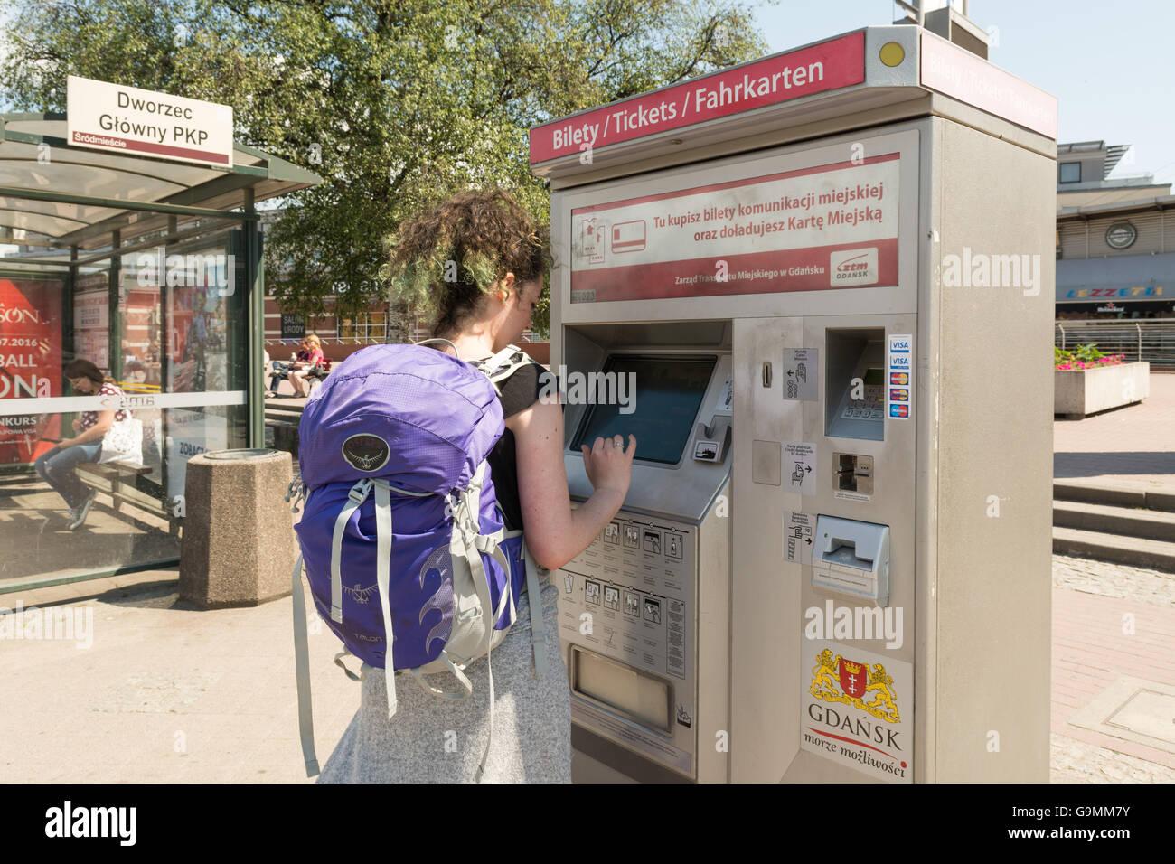 Joven estudiante comprar billetes de autobús en el centro de Gdansk Glowny (enfrente de la estación de Imagen De Stock