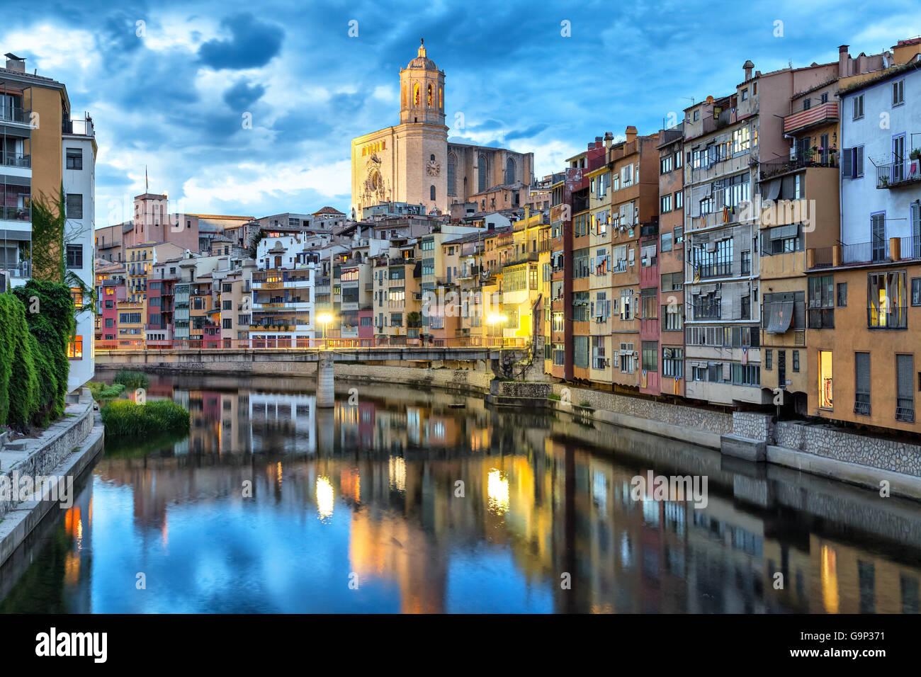 Catedral y coloridas casas en el lado del río Onyar, en la noche, Girona, Cataluña, España Imagen De Stock