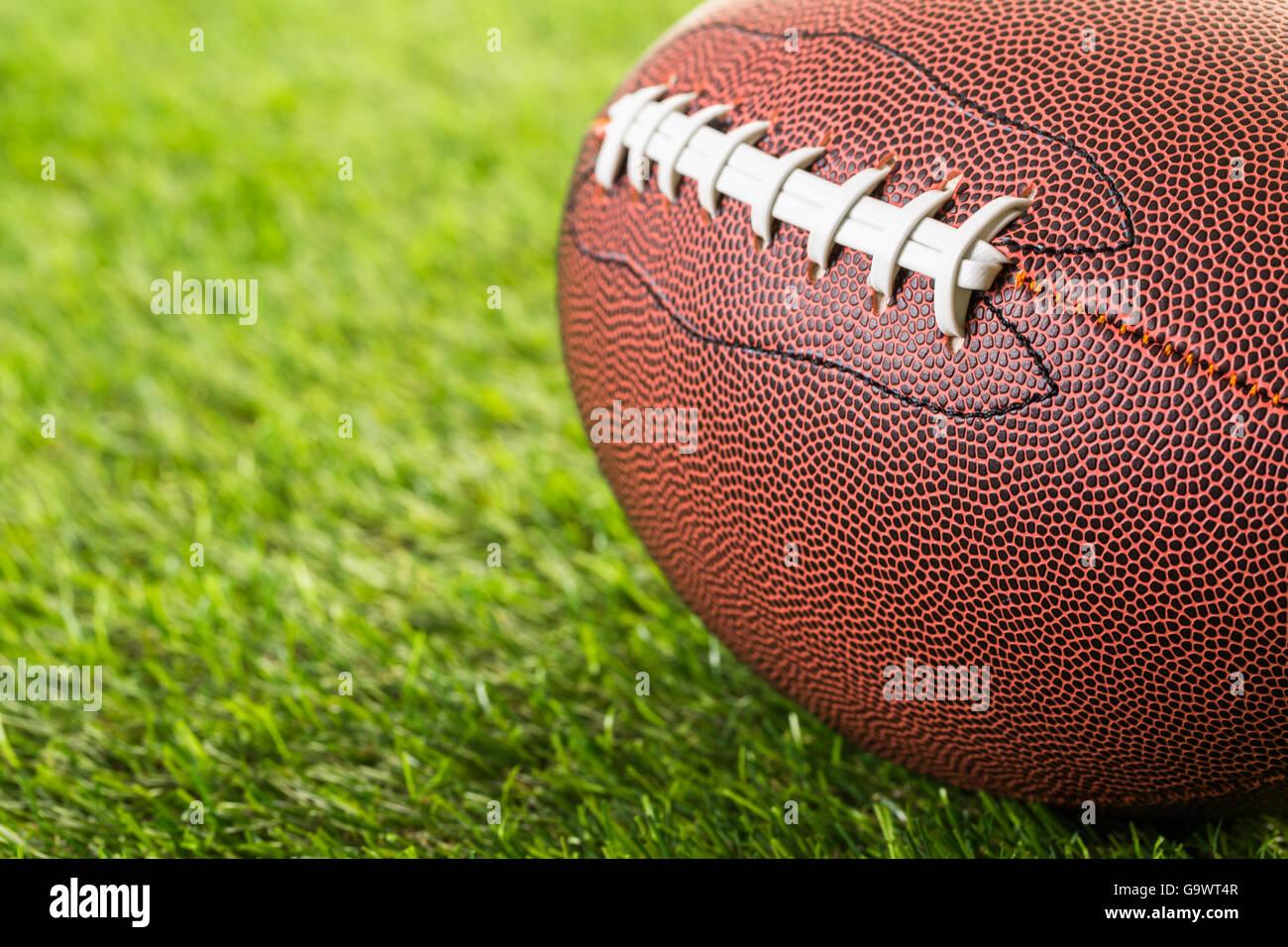 Fútbol Americano de cerca sobre la hierba verde. Imagen De Stock
