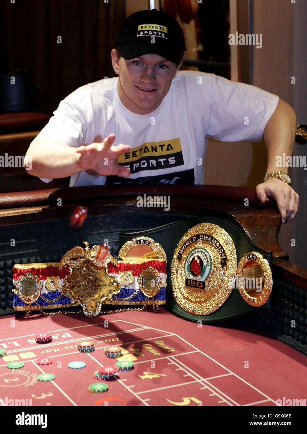 Ricky Hatton durante una llamada de prensa para el lanzamiento de Setanta Sports anunciando que ha asegurado derechos exclusivos de emisión para el mayor evento deportivo mundial, el Sportsman Casino, Londres. Foto de stock