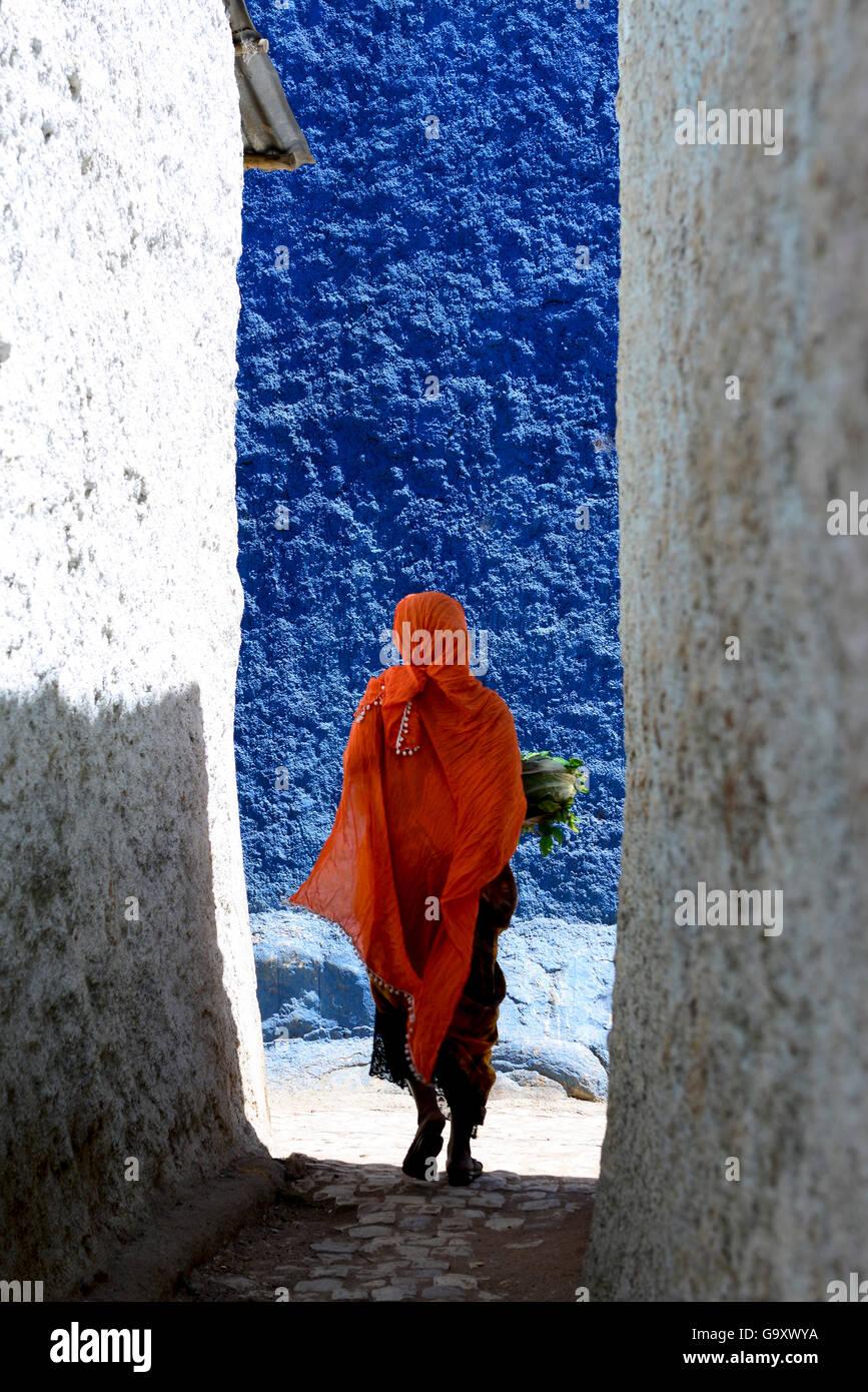Mujer musulmana, caminando por las estrechas calles coloridas, Harar, una importante ciudad sagrada en la fe islámica, Imagen De Stock