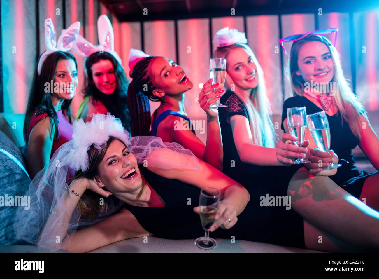 Grupo de mujeres posando con copa de champaña. Imagen De Stock