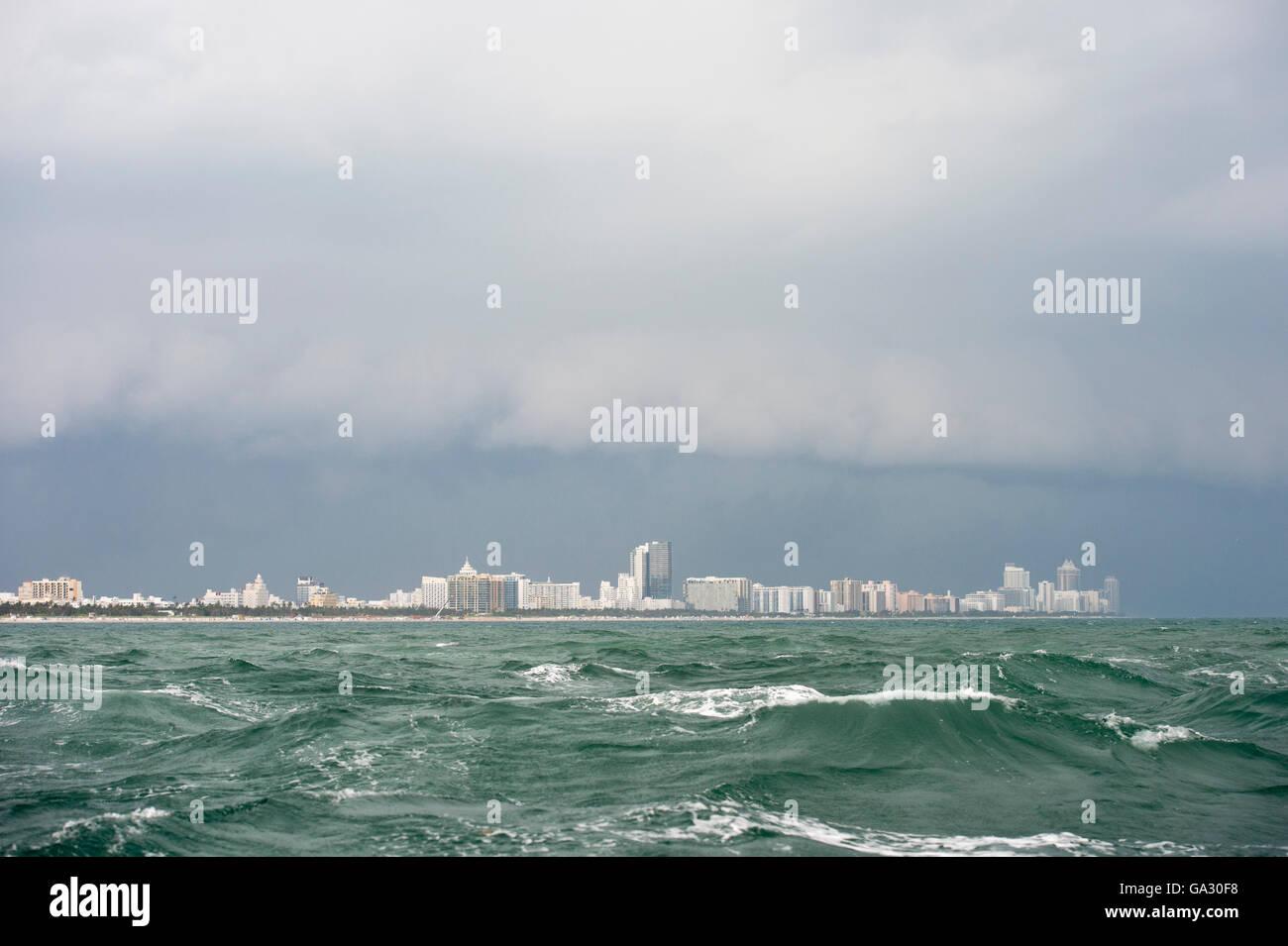 El mar embravecido fuera de Miami, Florida Foto de stock