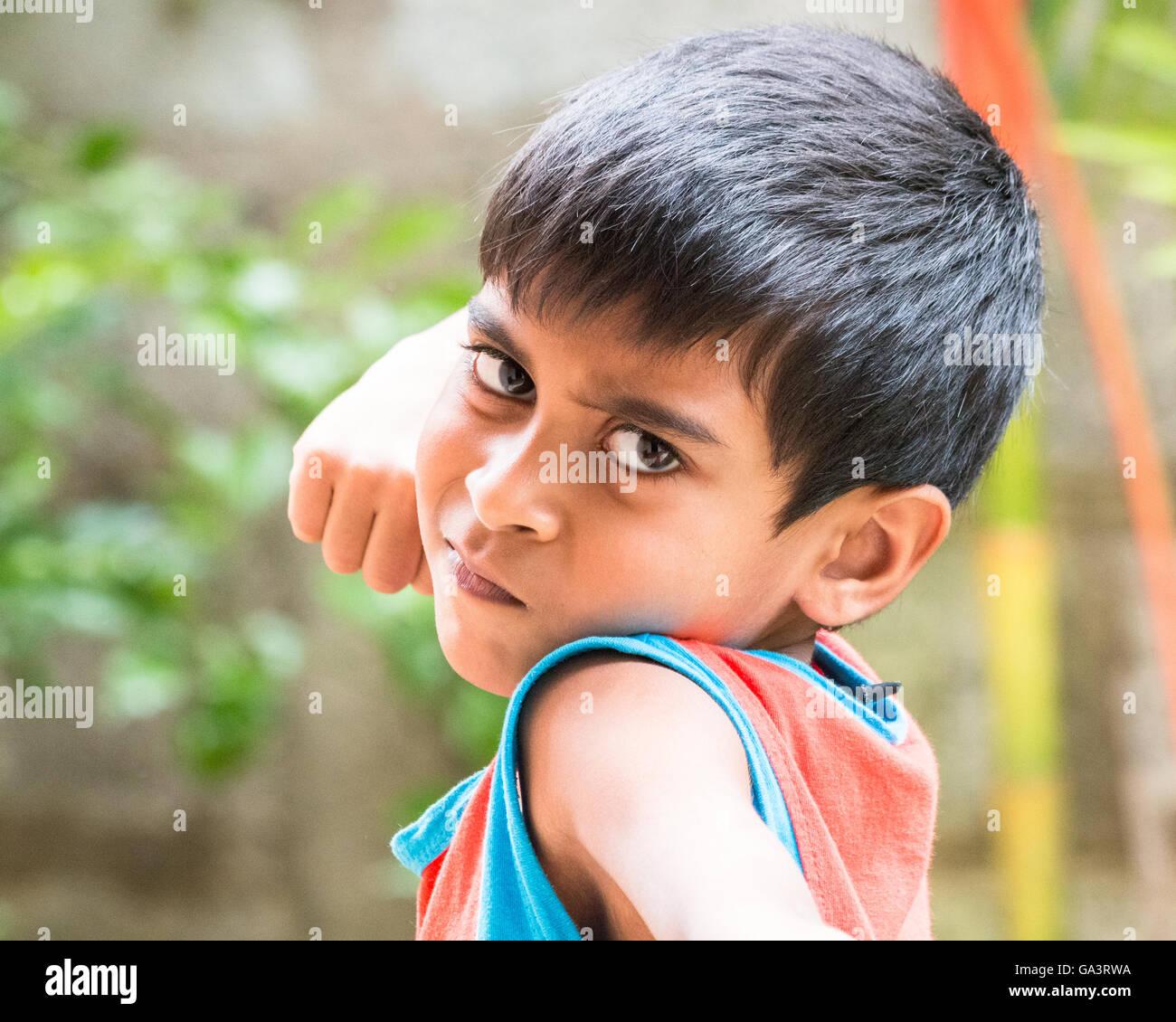 Kid mostrar emociones de ira, odio, asco y angustia Imagen De Stock