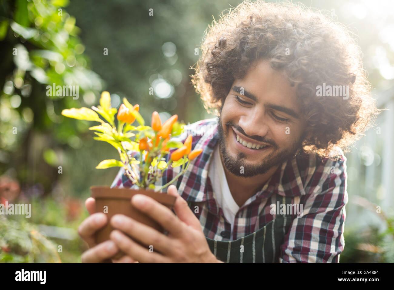 Celebración del jardinero maceta fuera de gases Imagen De Stock
