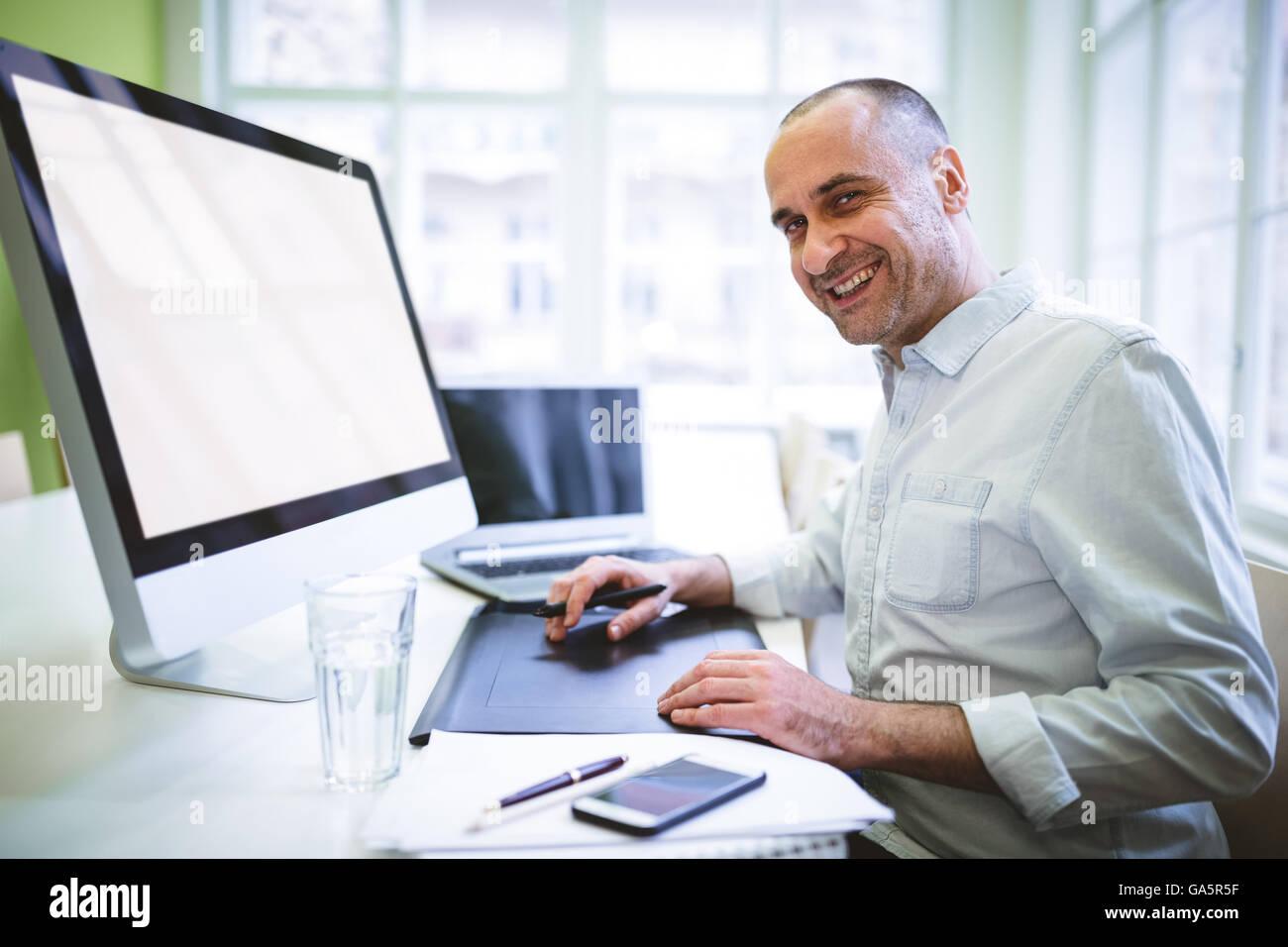 Diseñador gráfico mediante ordenador Foto de stock