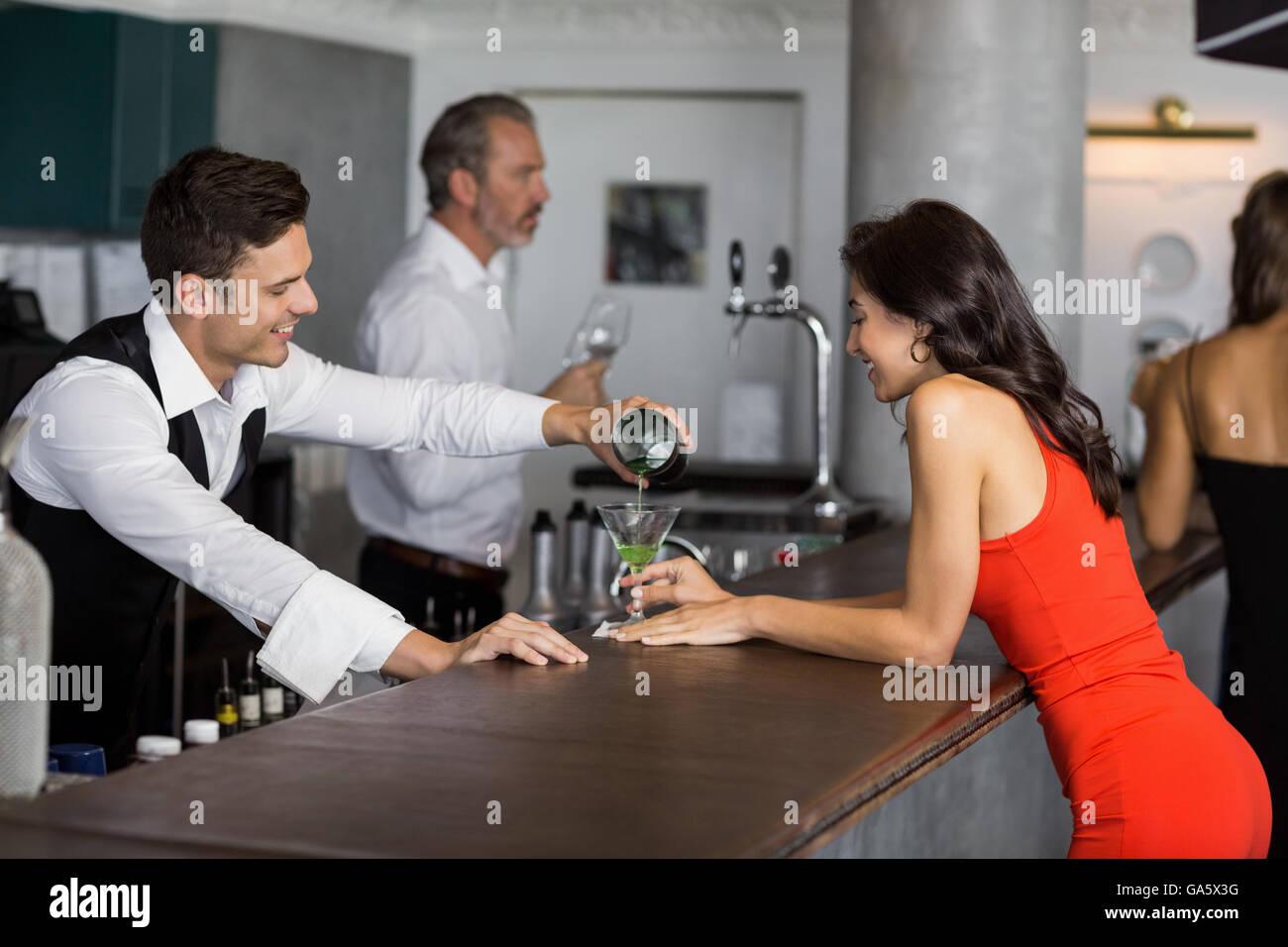 Verter camarero cóctel en vaso de cóctel Imagen De Stock