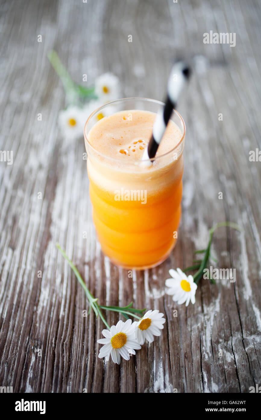 Con zumo fresco de zanahoria, manzana, naranja y gingr Imagen De Stock