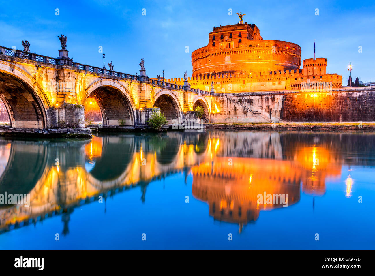 Roma, Italia. El castillo de Sant Angelo, crepúsculo, construida por el emperador Adriano como mausoleo en Imagen De Stock